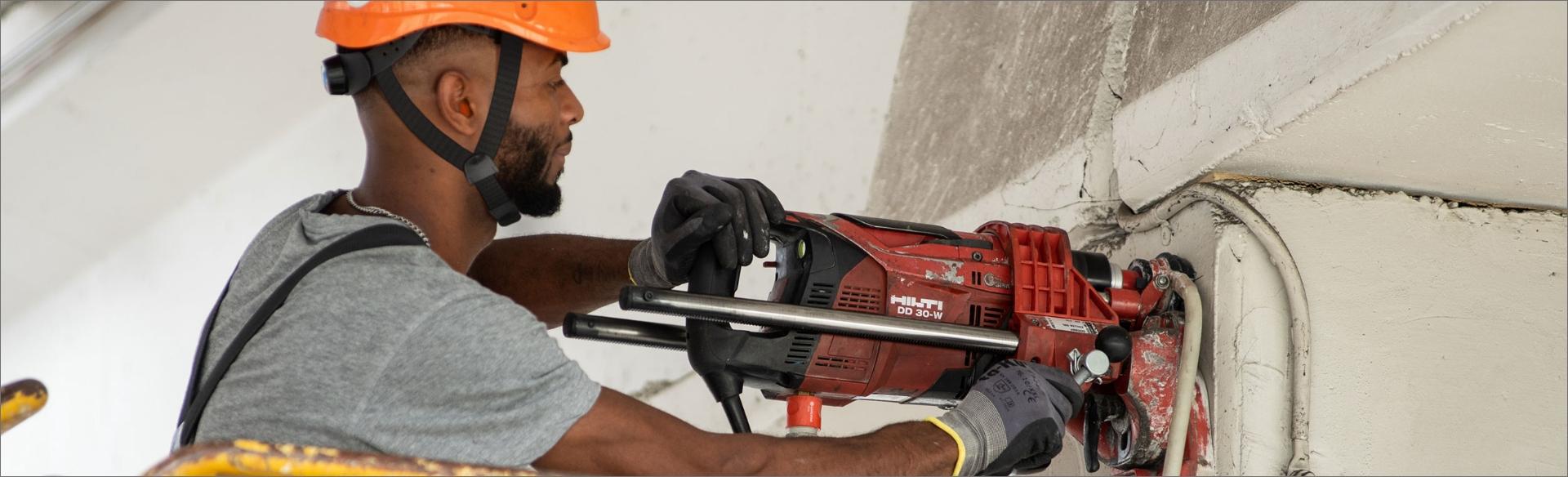 immagine operaio al lavoro per azienda seriana edilizia durante il fissaggio di una piasta strutturale