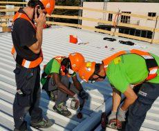 personale Seriana Edilizia all'opera sul tetto di struttura industriale