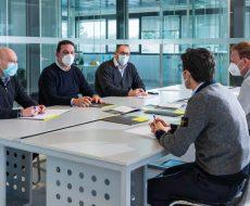 Personale seriana edilizia impegnato in una riunione di coordinamento