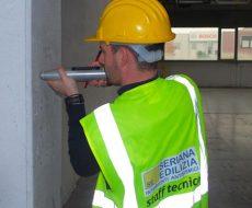 Operatore durante le fasi di analisi del rischio sismico