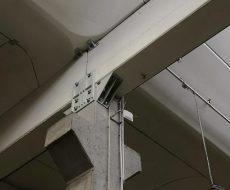 collegamento con piastra in acciaio tra trave e pilastro così da rendere l'intera struttura antisismica