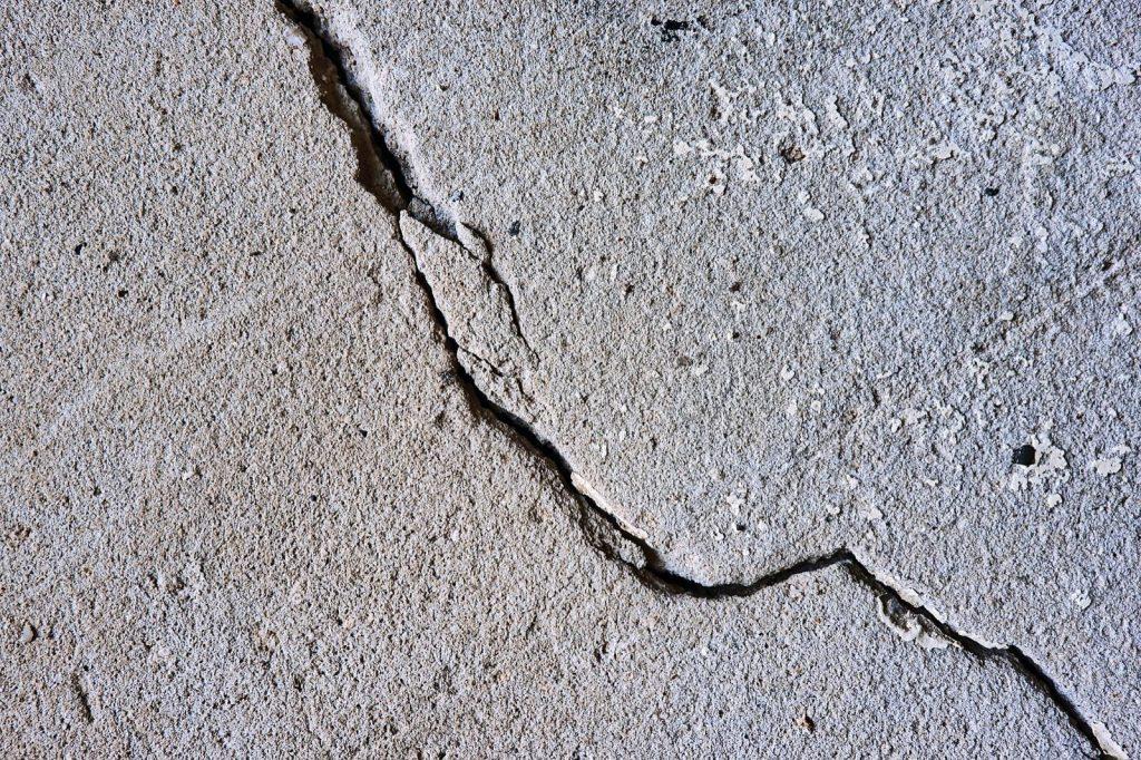 effetto di un sisma su di una lastra di calcestruzzo