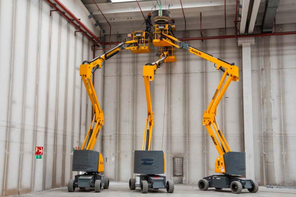 ple in azione per raggiungere il tetto di un capannone industriale