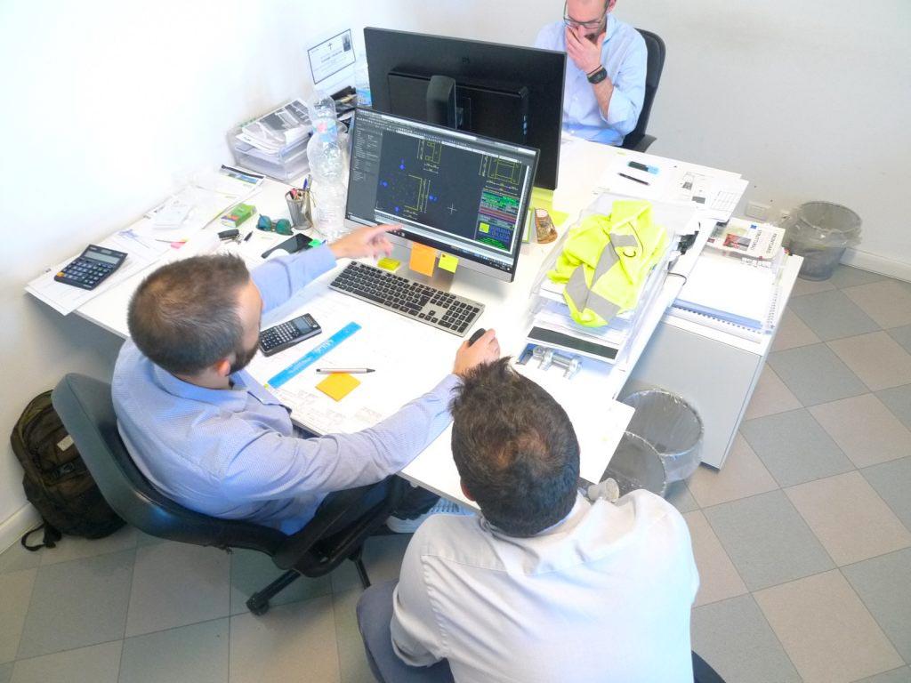 progettisti al lavoro negli uffici Seriana Edilizia