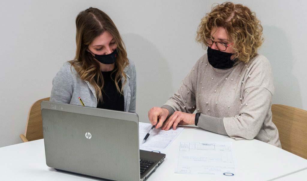 personale dell'ufficio amministrativo che analizza le zone sismiche italiane
