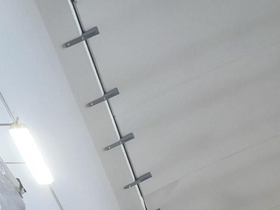 Sistema di fissaggio delle lastre di copertura alla trave doppia pendenza tramite profili metallici sagomati e ancoranti a vite.