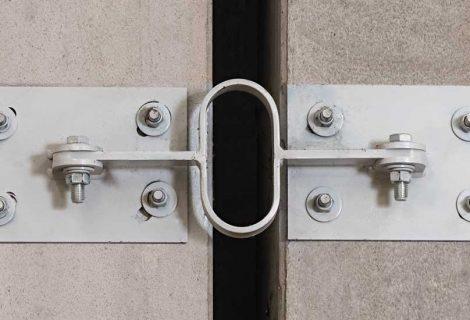 Sistema di smorzamento elastico per mitigare gli effetti del potenziale martellamento tra edifici.