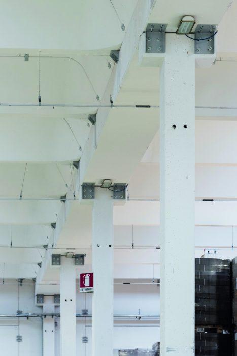 pilastro a T mediante doppio profilo angolare, finalizzato a prevenire la perdita dell'appoggio della trave a seguito di evento sismico.