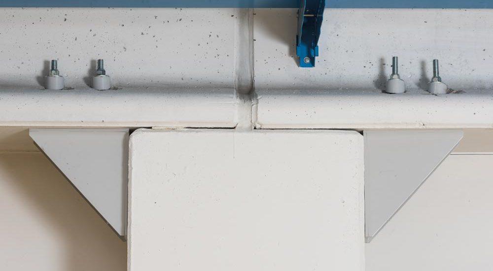 pilastro tramite profilo angolare con irrigidimenti e barre passanti nella trave