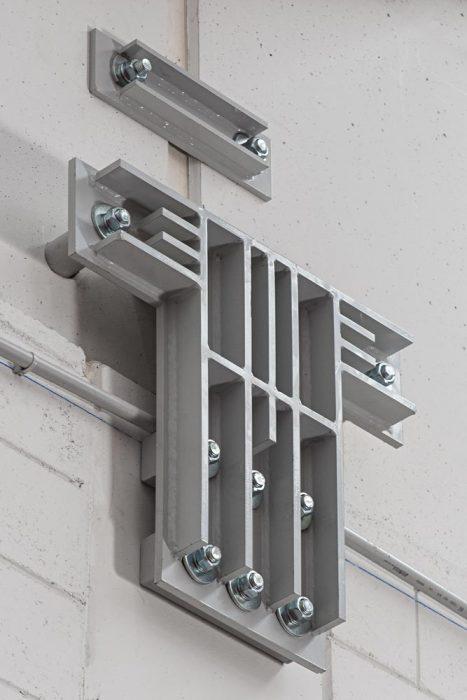 pilastro con utilizzo di un unico profilo composto connesso ad entrambe le travi, sfruttando il lato libero del pilastro.