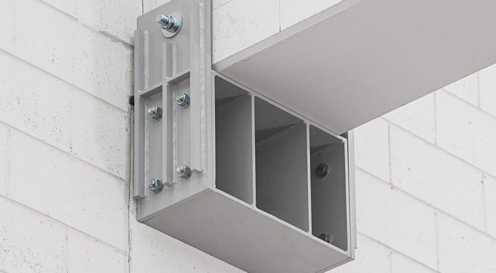 pilastro tramite profilo scatolare sfruttando il lato libero del pilastro.